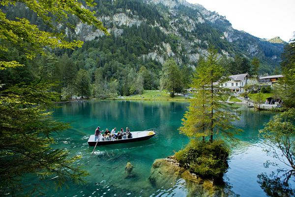 البحيرة الزرقاء في انترلاكن سويسرا